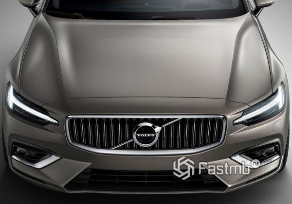 Строгие черты капота универсала Volvo V60 2019