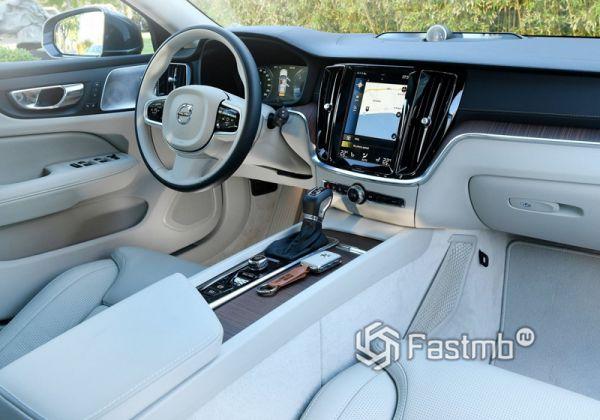 Белый интерьер Volvo V60 2019