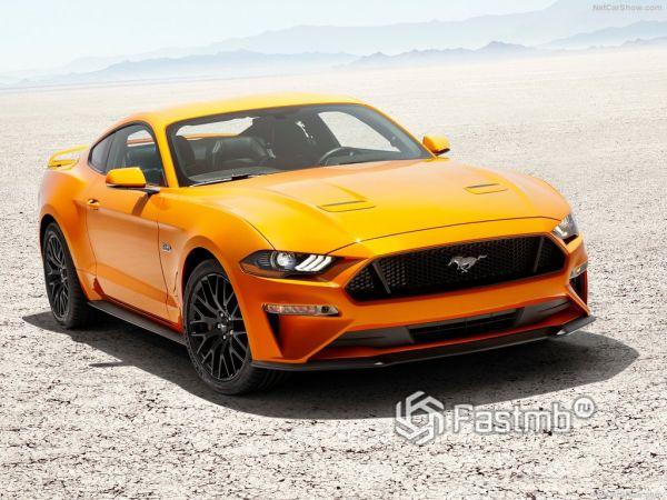 Ford Mustang GT 2018, вид спереди и сбоку справа