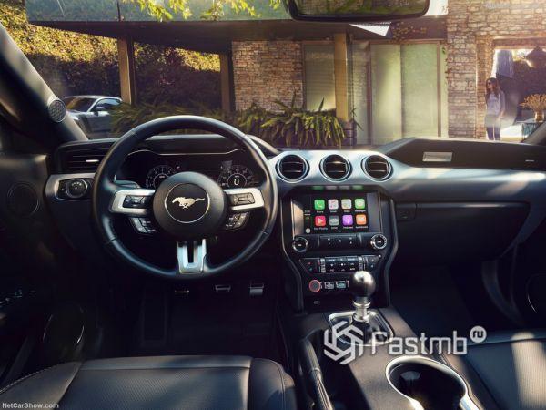 Форд Мустанг GT 2018 года, руль и панель управления