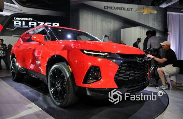 Красный кроссовер Chevrolet Blazer 2019