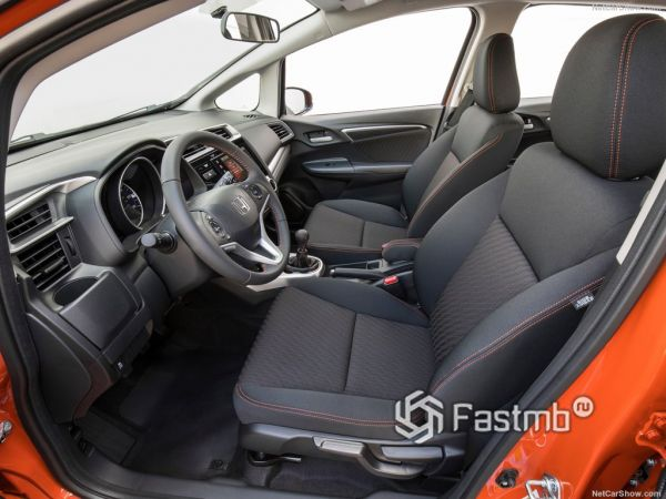 Хонда Фит 2018 года, передние сидения