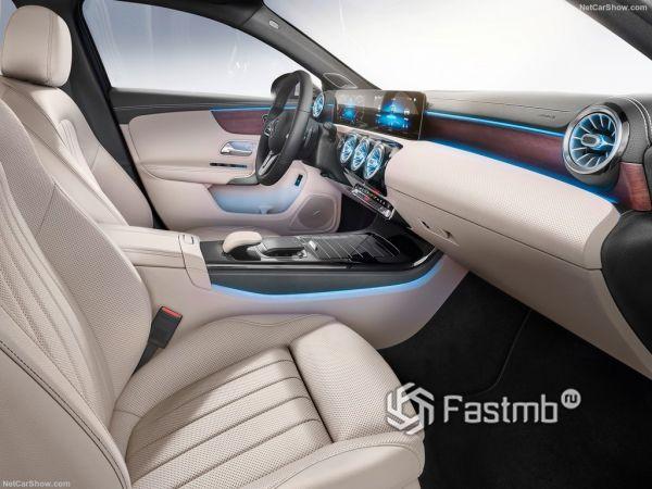 седан Мерседес А-класса 2019 года, передние сидения