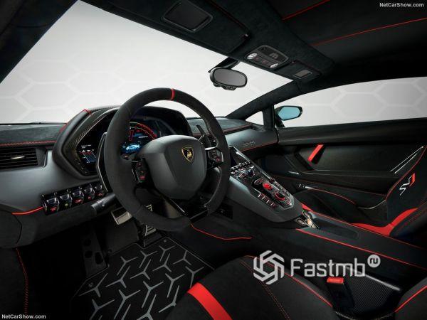 Ламборгини Авентадор SVJ 2019 года, руль и панель управления