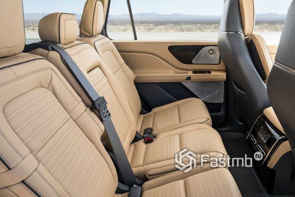 Второй ряд сидений Lincoln Aviator 2019