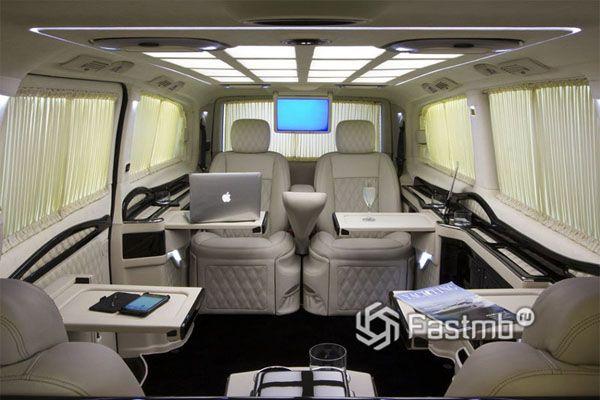 Столики для каждого пассажира интерьера
