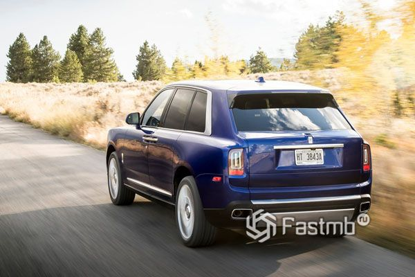 Rolls-Royce Cullinan 2019, вид сзади