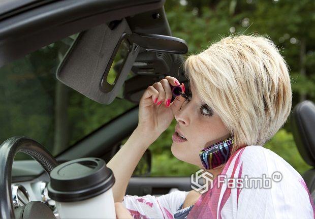 Женщина умеет делать несколько дел одновременно, даже находясь за рулем