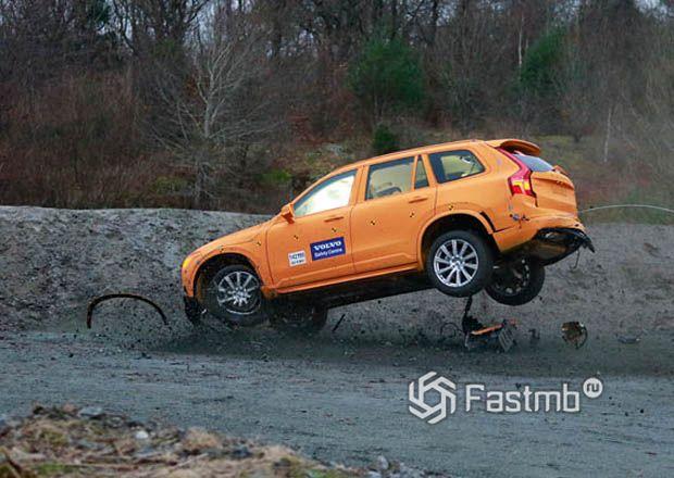 Съезд автомобиля Volvo с дороги