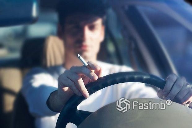 Надо ли запретить водителям курить за рулем?