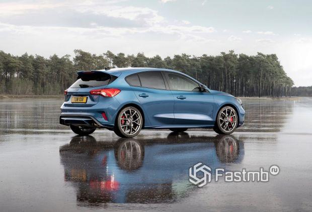 Спортивная задняя часть Ford Focus ST 2019
