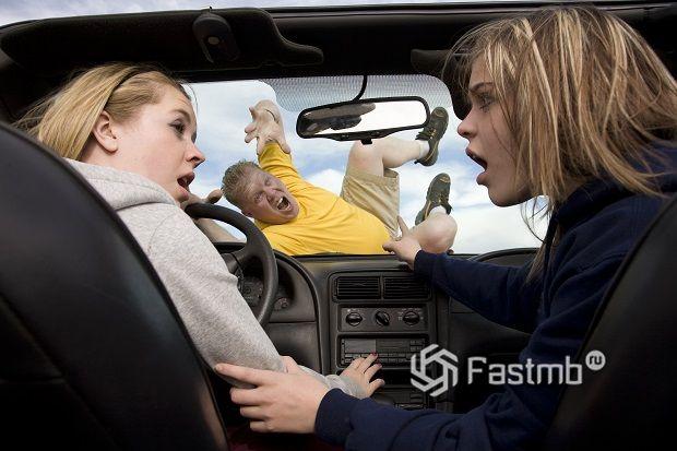 чтобы пьяный пассажир не мешал, усаживайте его на заднее сиденье