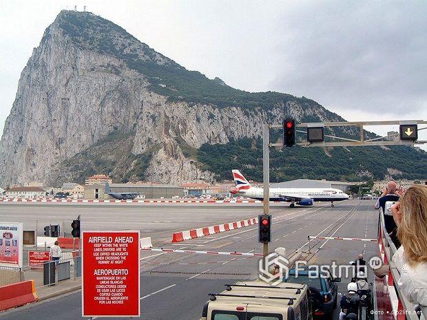 аэропорт и проезжая часть в Гибралтаре