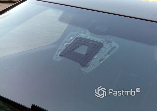 Камера и блок управления на ветровом стекле автомобиля