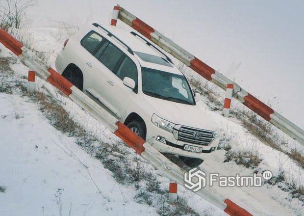Система помощи при спуске автомобиля с горы