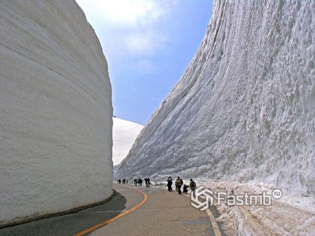 Японская дорога Татэяма Куробэ в тоннеле из снега