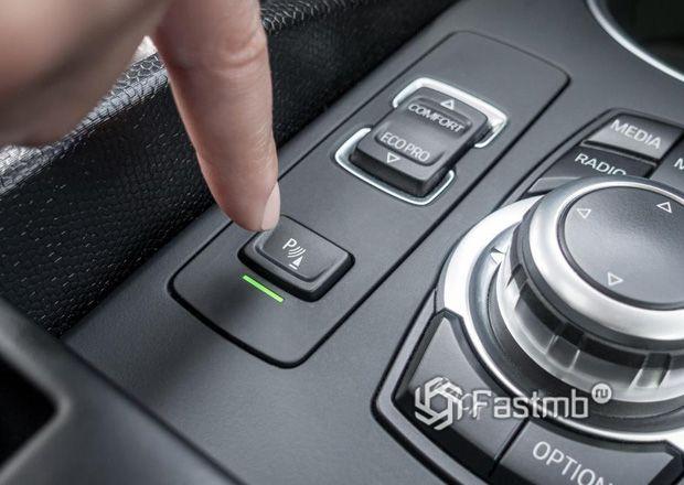 Кнопка активации автоматической парковки в автомобиях BMW