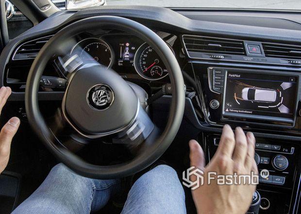 Автоматическое управление рулем в момент парковки