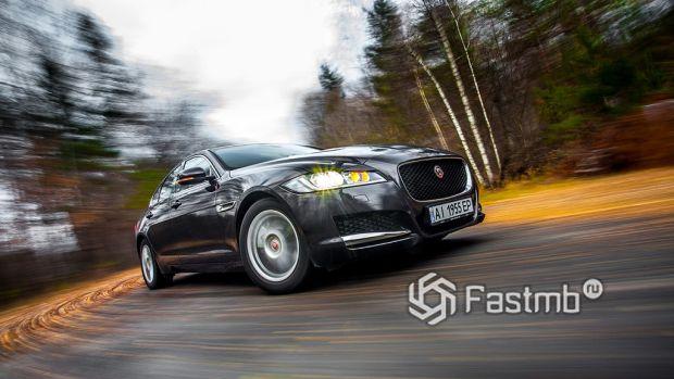 Ездовые качества Jaguar XF против Mercedes Benz E-Class