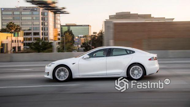 Боковая часть Tesla Model S 2019