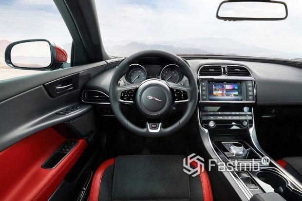Внутреннее убранство Jaguar XE