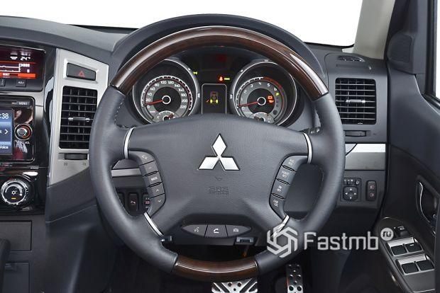 интерьер Mitsubishi Pajero 2014