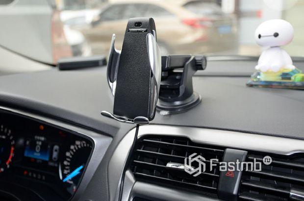 «Умный» держатель смартфона в автомобиле