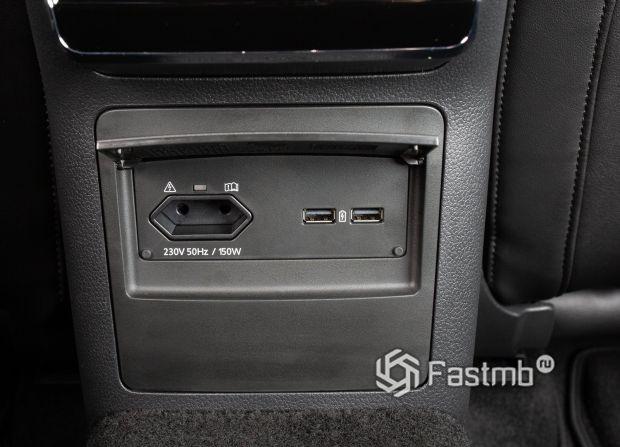 Розетка и USB порты для подзарядки гаджетов