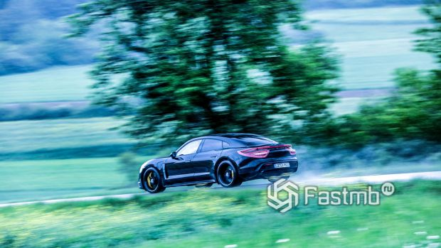 Porsche Taycan, вид сбоку