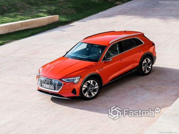 Audi e-Tron 2020, вид спереди и сбоку слева