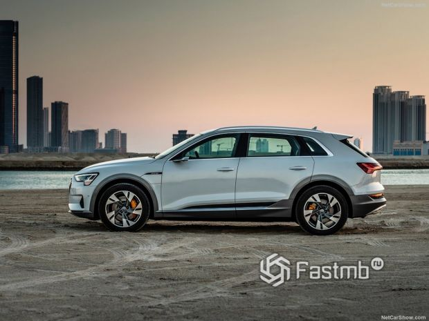 Audi e-Tron 2020, вид сбоку слева