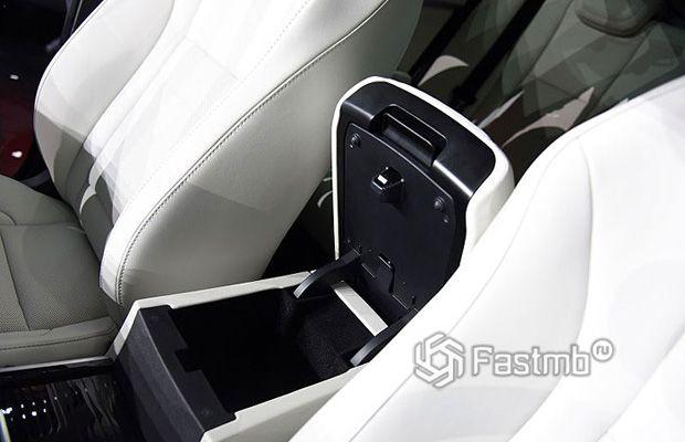 Подлокотник между сиденьями
