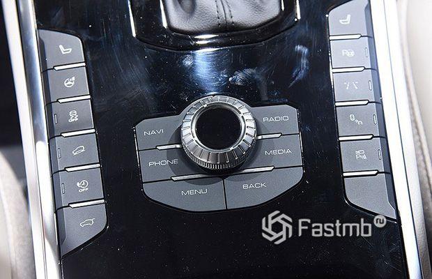 Лента кнопок систем безопасности на центральном тоннеле
