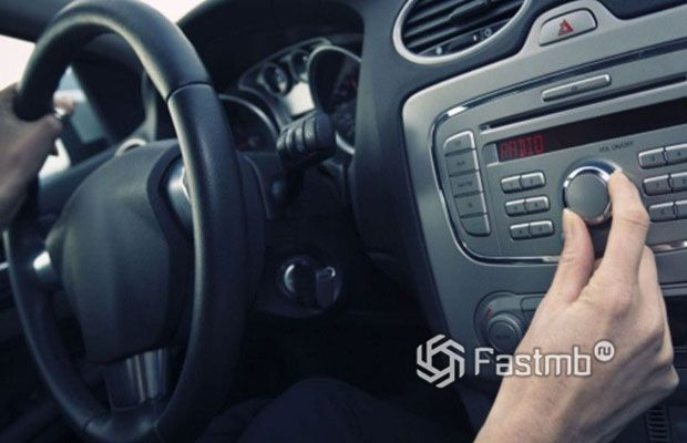 Музыка в автомобиле и веселые пассажиры