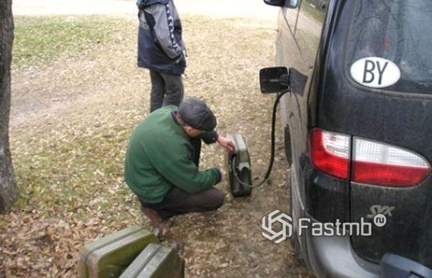 Классический способ слива бензина