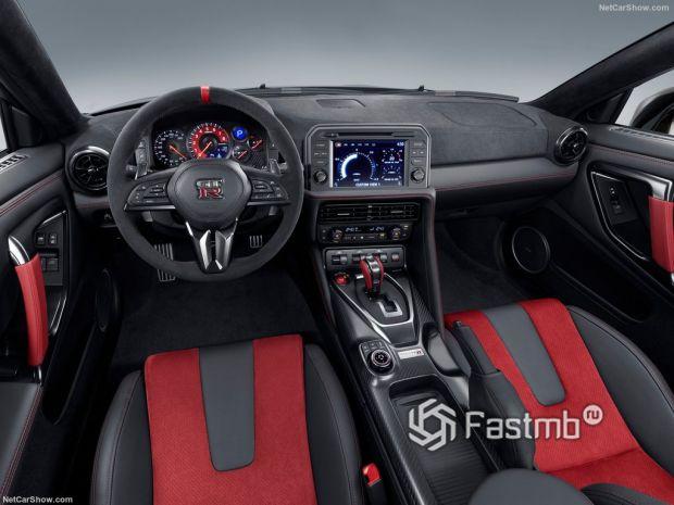 Nissan GT-R Nismo 2020, руль и панель управления