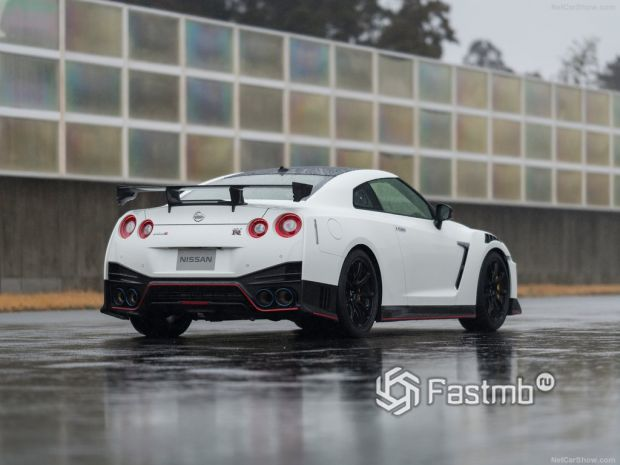 Nissan GT-R Nismo 2020, вид сзади и сбоку справа