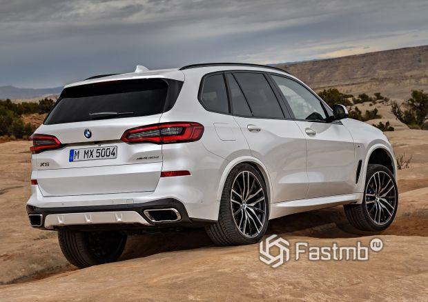 Задняя часть нового BMW X5 2019
