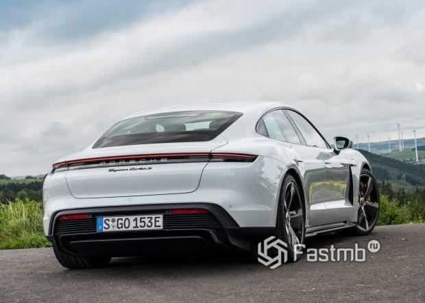 Porsche Taycan 2020, вид сзади