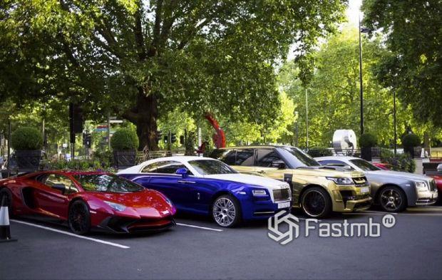 припаркованные автомобили возле Кенсингтонского парка