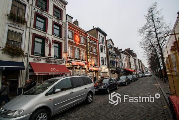 припаркованные автомобили на улице Брюсселя