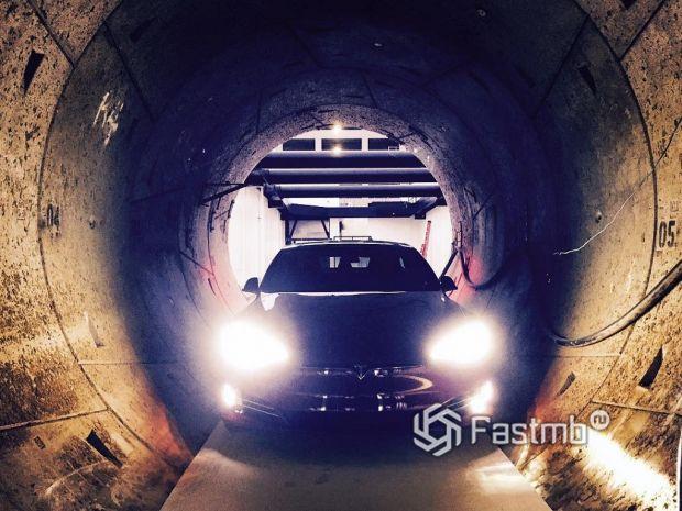 электромобиль Tesla в подземном туннеле