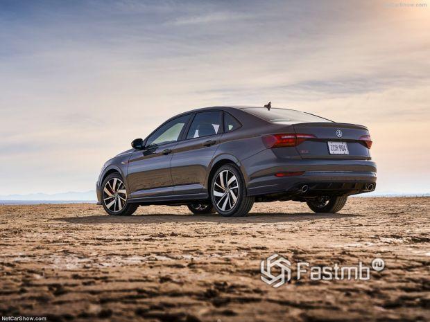 Volkswagen Jetta GLI 2019, вид сзади и сбоку слева