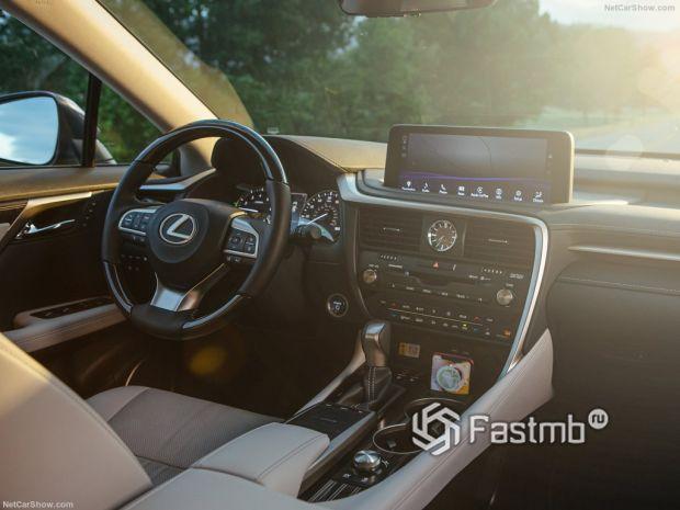 Салон Lexus RX L 2020, руль и панель управления