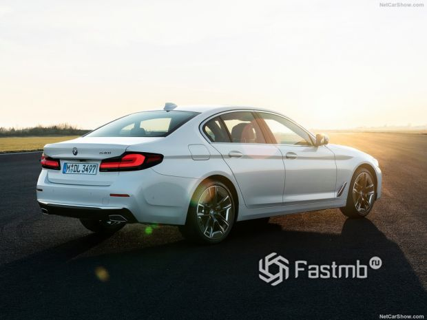 BMW 5-Series 2021, вид сзади и сбоку справа