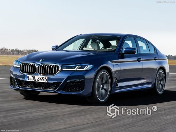 BMW 5-Series 2021, вид спереди и сбоку слева