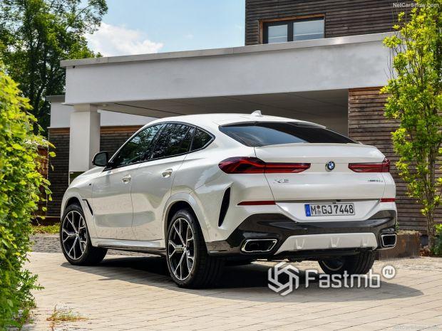 BMW X6 2020, вид сзади и сбоку слева