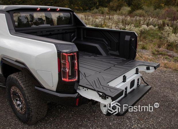 GMC Hummer EV 2020, ступенька в крышке багажника