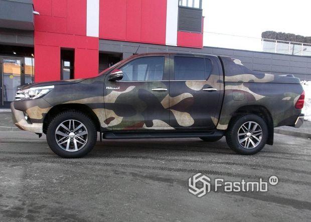 Оклейка Toyota Hilux камуфляжной виниловой пленкой