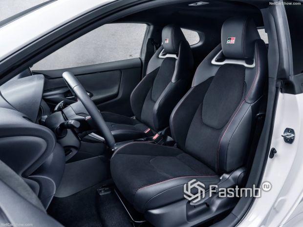 Салон Toyota GR Yaris 2021, передние сидения